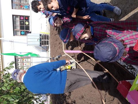 Lavrar a terra para a preparar para as sementeiras e  plantação de legumes.